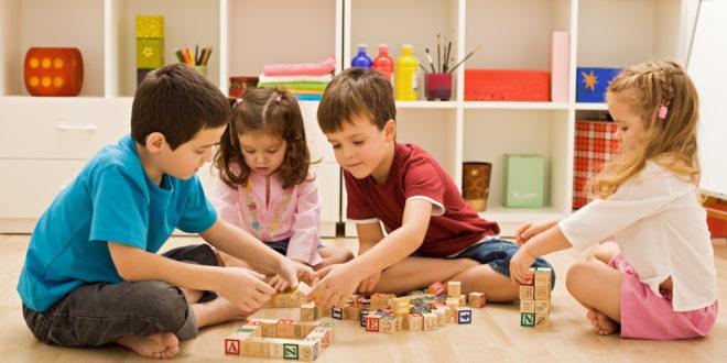 چگونه بازی درمانی به کودکان کمک میکند؟